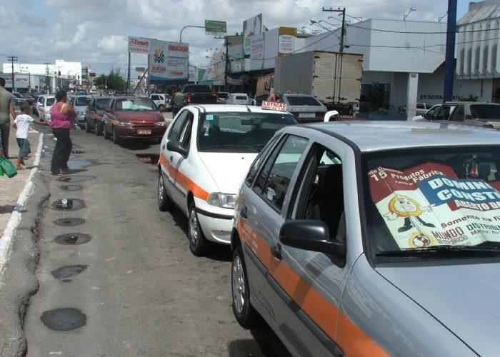 DEFENSORES: Sem passageiros para transportá-los, estão entregando taxis em Barra dos Coqueiros