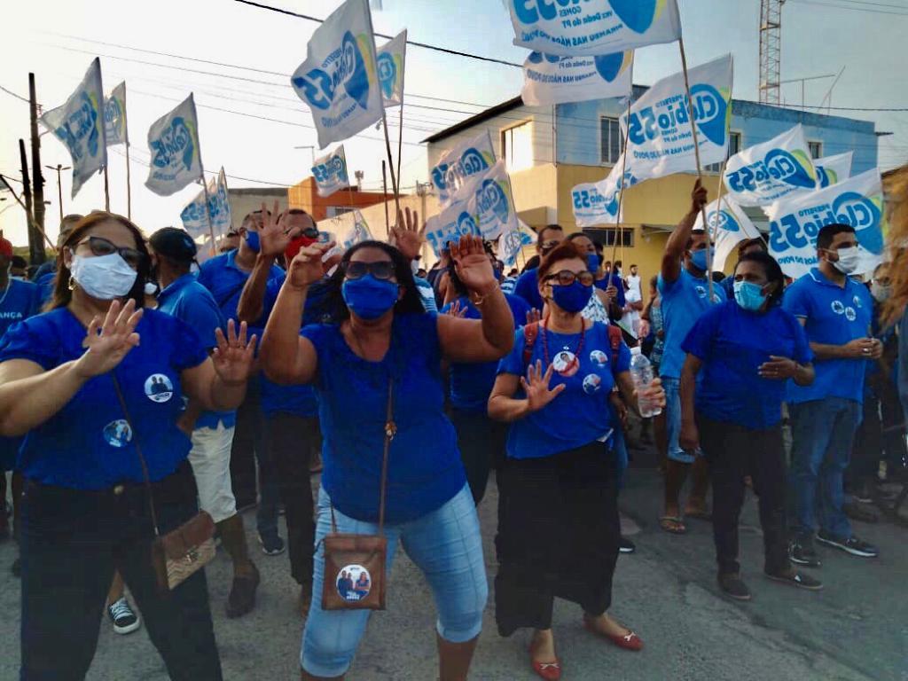 Clebio Gomes inaugura comitê eleitoral com gigante onda azul