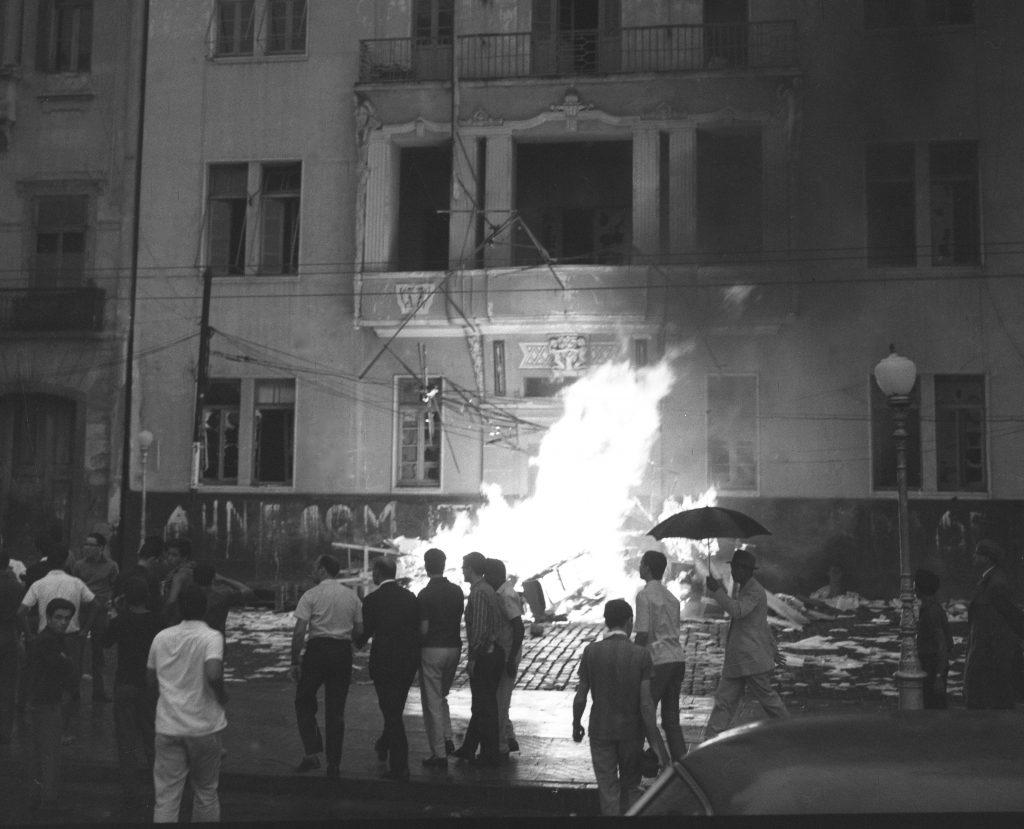 Para que jamais se esqueça: Incêndio criminoso na sede da UNE, no Rio de Janeiro, perpetrado pelos militares e forças reacionárias no dia 1º de abril de 1916.
